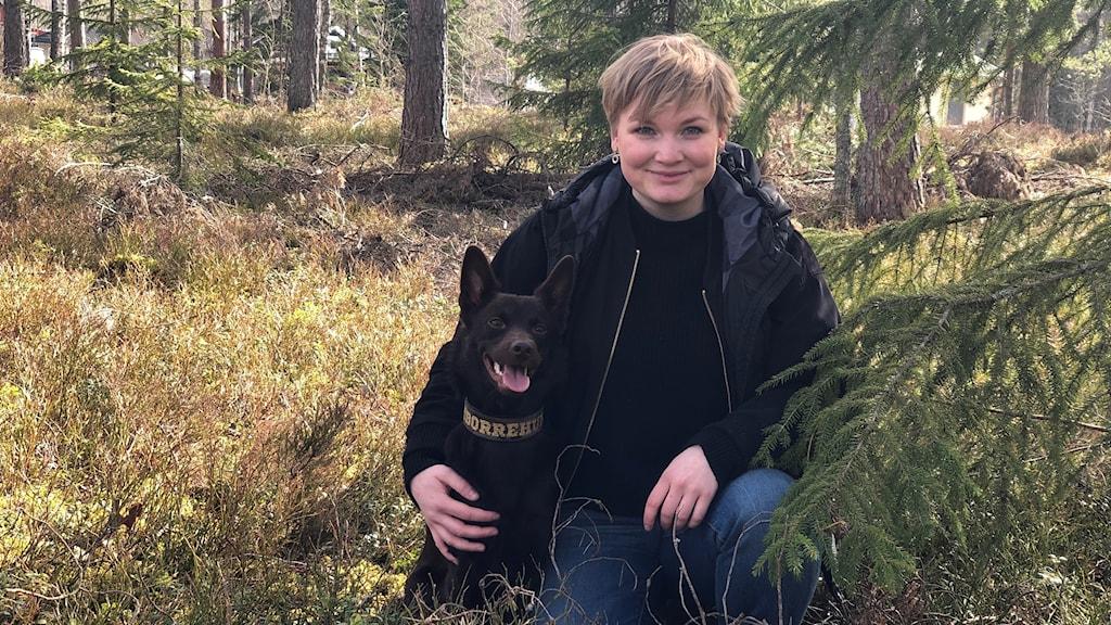 Ida Davidsson tillsammans med sin barkborrehund Sickan.