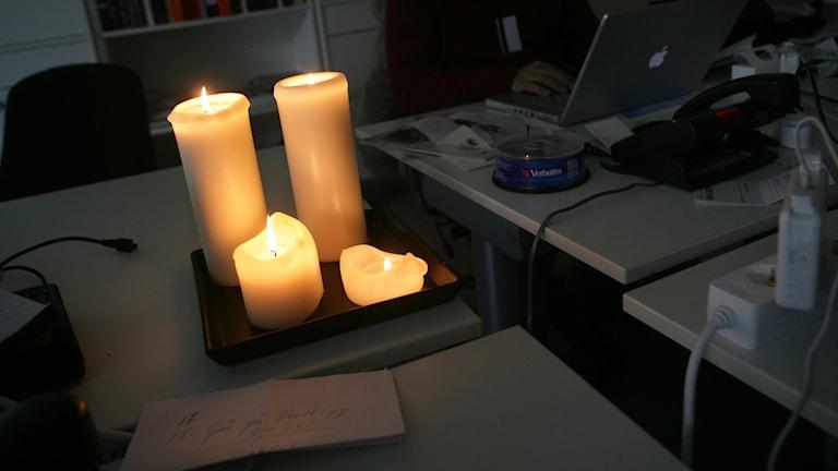 Fyra tända stearinljus