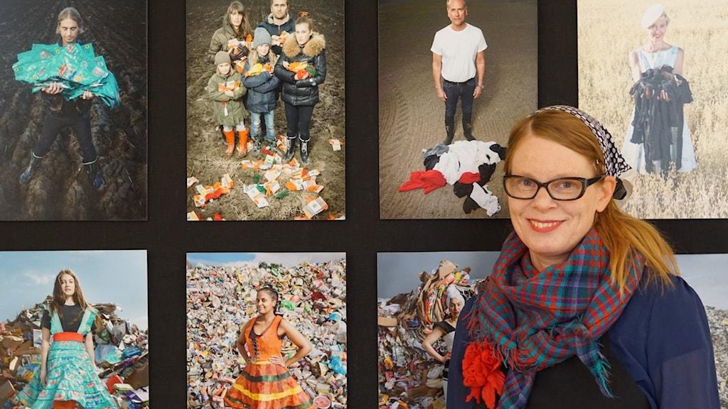 Textilkonstnären Johanna Törnqvist framför några av hennes kläder.