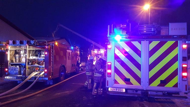 Brandbilar och brandmän.
