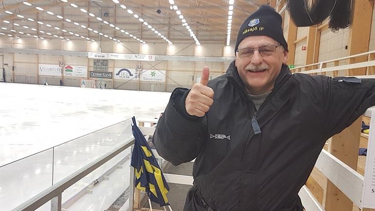 Bo Zander, ekonomisansvarig i Nässjö IF, gör tummen upp för annandagsbandyn. Foto: Tommy Alexandersson/Sveriges Radio.