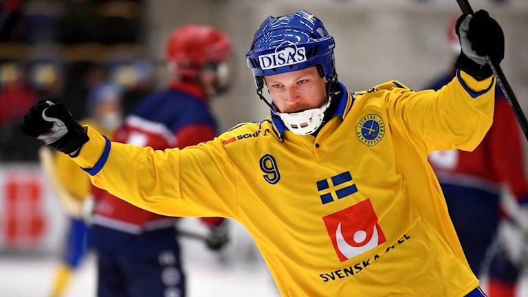 Johan Löfstedt jublar efter ett mål.