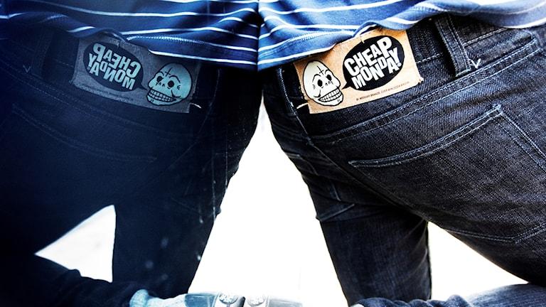 Närbild på en person som har jeans på sig.
