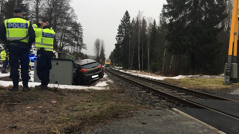 Bil som halkat upp på järnvägen.