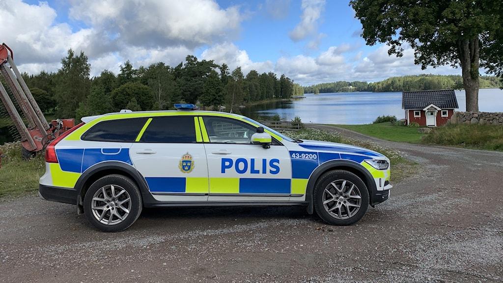 Polisbil på plats vid Frissjön utanför Sävsjö.