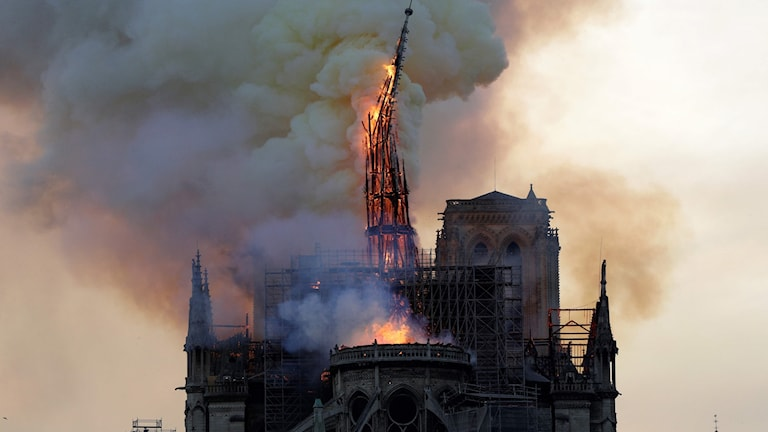 Katedralen Notre-Dame i Paris brinner.