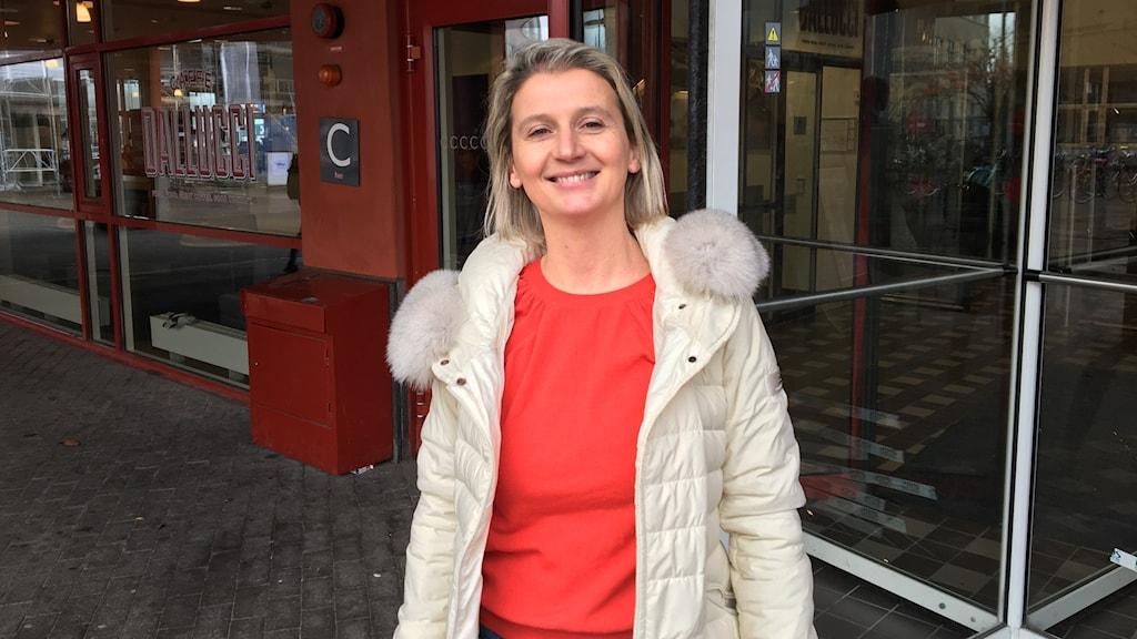 Forskaren Lucia Naldi framför en skola.