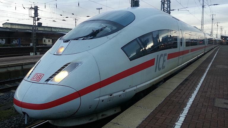 Tyskt höghastighetståg vid station.