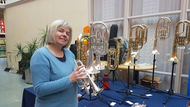 Berit Palmquist ordförande i svenska brassbandsförbundet håller i en cornette.