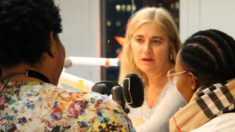 Antonia och Francess syns bakifrån och intervjuas av Karin Selldén.