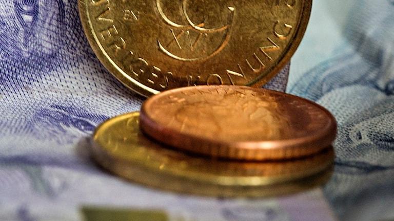 mynt och sedalr på hög