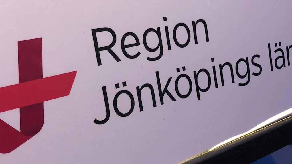 """Bild på en skylt där det står """"Region Jönköpings län""""."""
