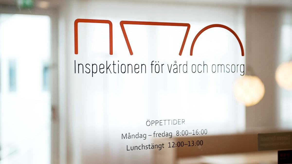 Logotyp på en dörr på Ivo, Inspektionen för vård och omsorg