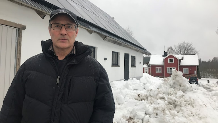 Lars Runesson vid solcellerna på sin gård i Villstad. Foto: Oskar Mattisson/Sveriges Radio.