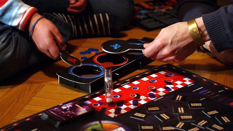 Några personer spelar sällskapsspel.