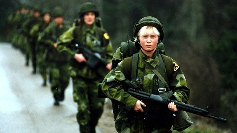 Militärer går i ett led. Foto: Peter Hoelstad/TT