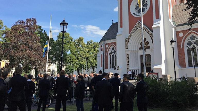 Begravningssällskap utanför Sofiakyrkan.
