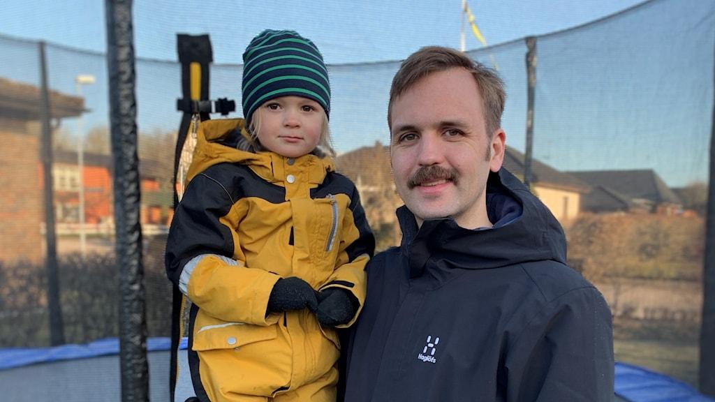 Bild på Nils Höglund med dottern Tyra vid studsmattan