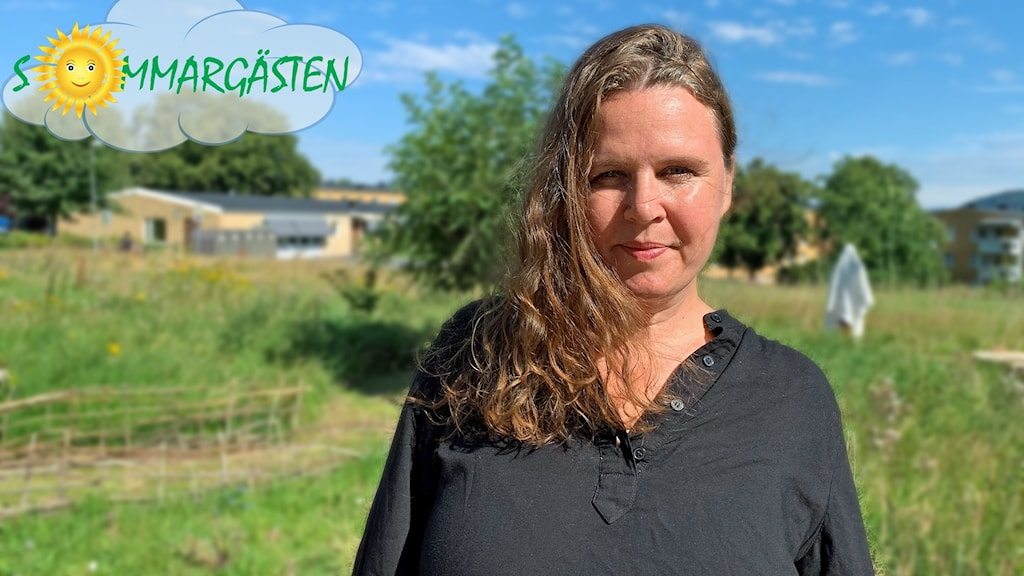 Johanna Linder står ute på en solig äng.