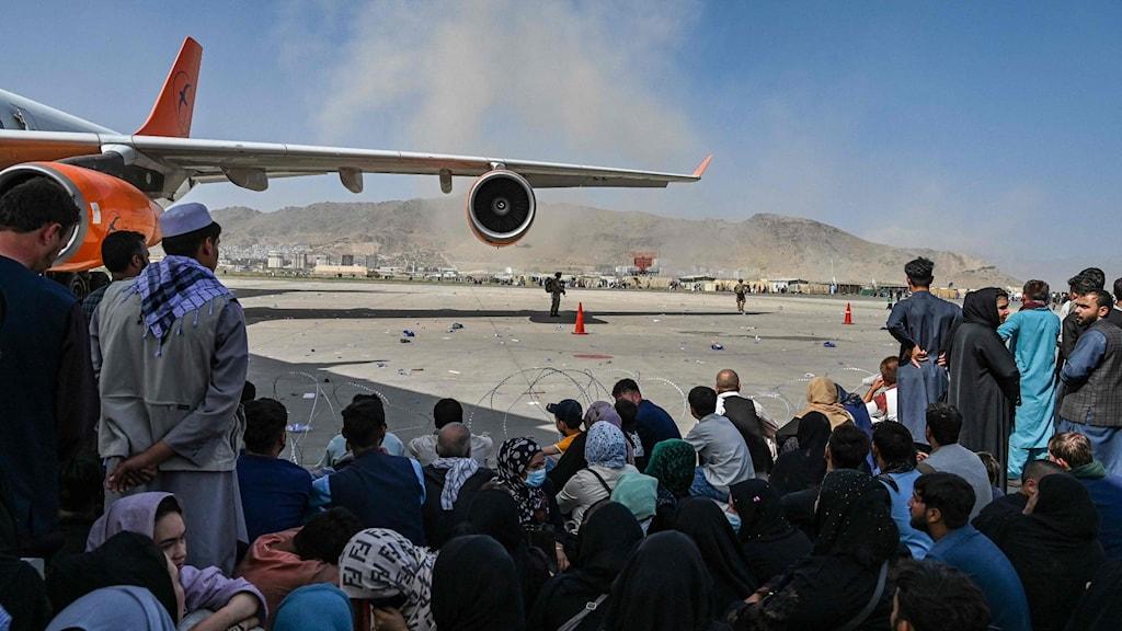 Kaotiskt på flygplatsen när människor försöker lämna Kabul.