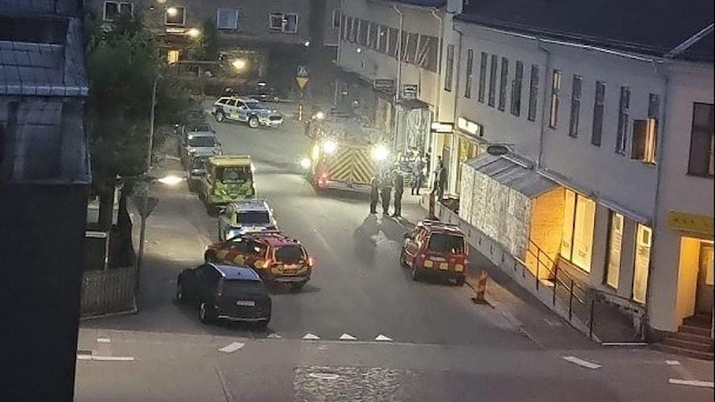 Polispådrag i centrala Nässjö med polis- och räddningstjänstbilar.