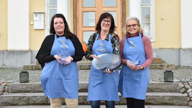 Andrapristagaren Carina Ståhlgren från Korsberga, vinnaren Susanne Höglander från  Lammhult och trean Margareta Eskilsson från Tenhult. Foto: Ostkakans vänner.
