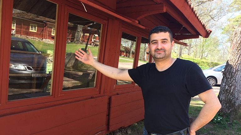 Abdullah Mouti visar upp den röda marknadsbod som han varit med och rustat upp.