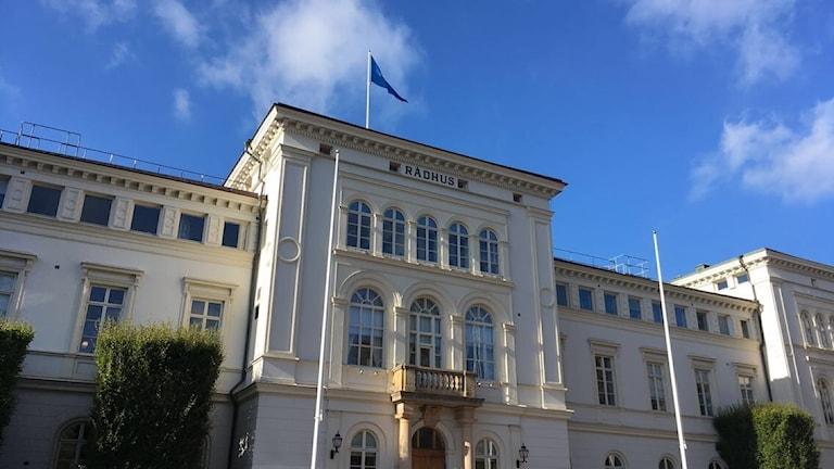 Rådhuset i Jönköping med blå himmel ovanför.