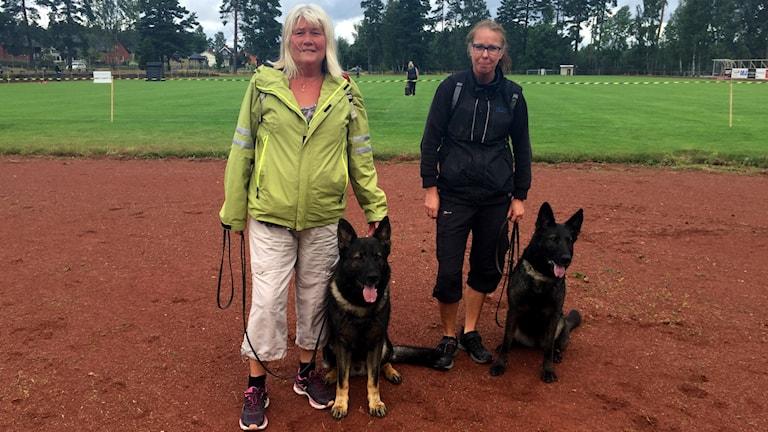 Ann Härdin med sin hund Fräckis och Helena Leifsdotter Eriksson med sin hund Flamsa.
