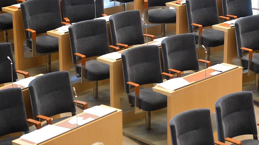 Tomma stolar i riksdagen.