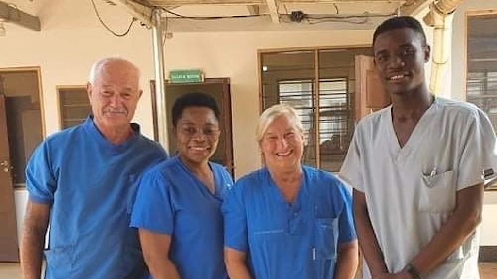 Fyra sjukvårdsklädda personer, utomhus i Tanzania