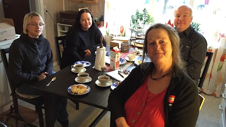 Carina Edlund sitter runt ett bord med tre kollegor.