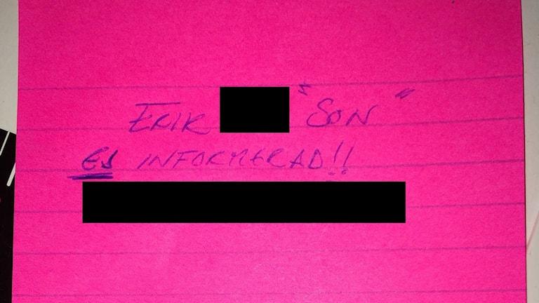 """En rosa lapp med texten """"Erik, son, ej informerad""""."""