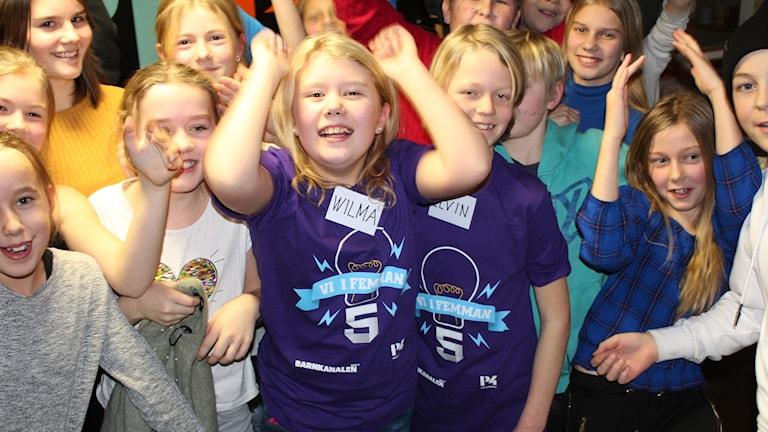 Ölmstadsskolans klass 5A jublar. Foto: Oskar Mattisson/Sveriges Radio.