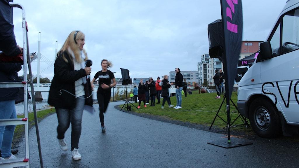 Karin Spjuth springer i mål i Morgonloppet.