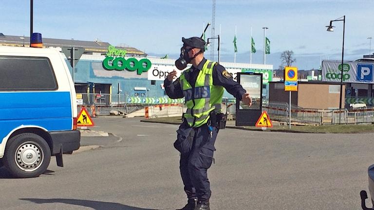 Brand A6, polis i gasmask.