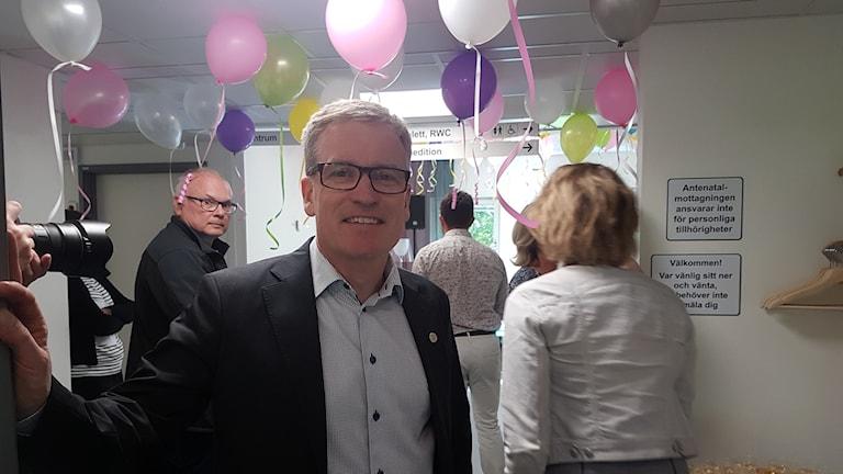 Johan Skoglund i ett rum där ballonger hänger i taket.