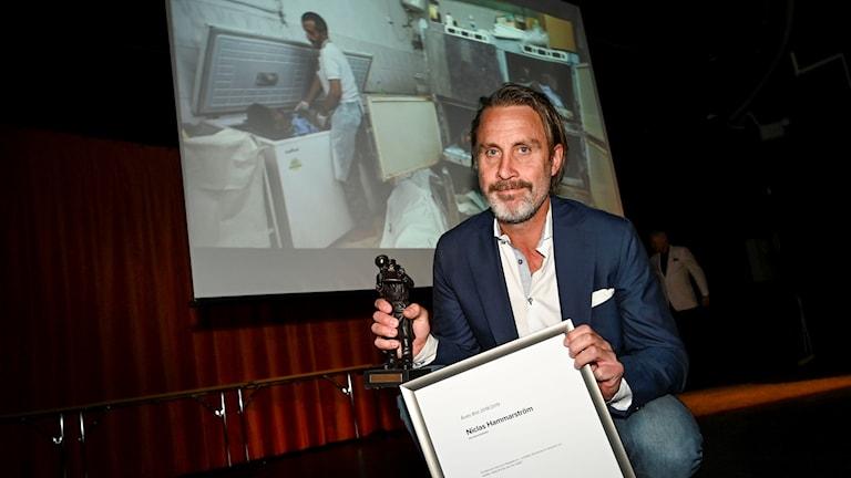Niclas Hammarström framför bilden han vunnit pris för. Foto: Pontus Lundahl/TT.