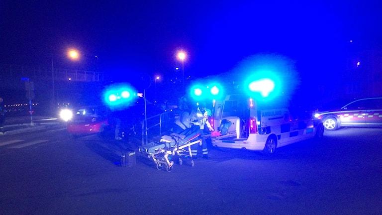 En person lastas in i en ambulans.