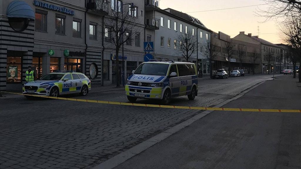 Polisbilar står på avspärrad gata.