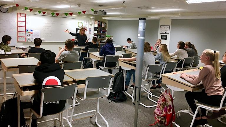 Klass 6A lyssnar på sin lärare Pernilla Åqvist på Gullviveskolan i Gislaved.