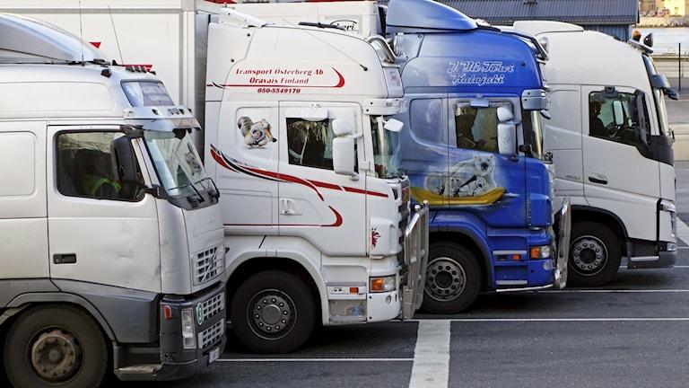 Lastbilar står på rad.
