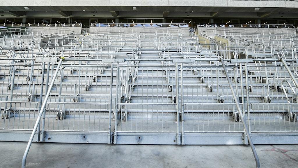 En betongläktare på en idrottsarena gapar helt tomt.