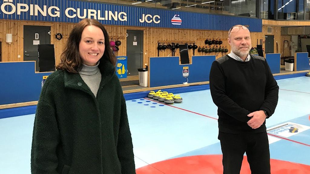 Caroline Törnblad och Fredrik Friberg i curlinghallen.