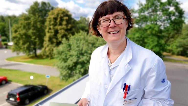 Marita Skarstedt står på Ryhovs tak för att mäta pollenhalten.