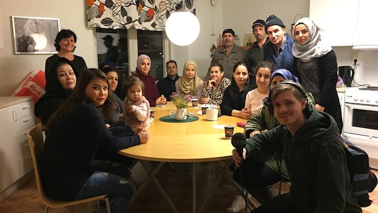 En bild på alla som är på föräldrastödet runt ett köksbord.