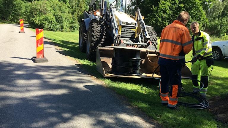 Stora kabeltrummor med bredbandskabel på landsbygden.