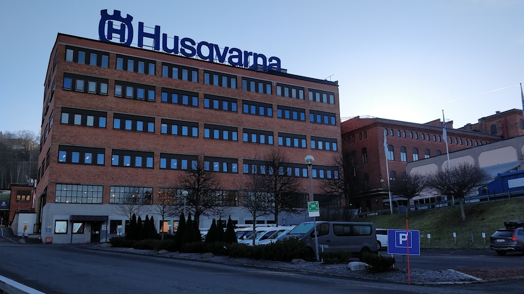 """Ett stort tegelhus med texten """"Husqvarna"""" på taket."""