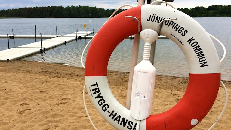 En livräddningsboj på en strand.