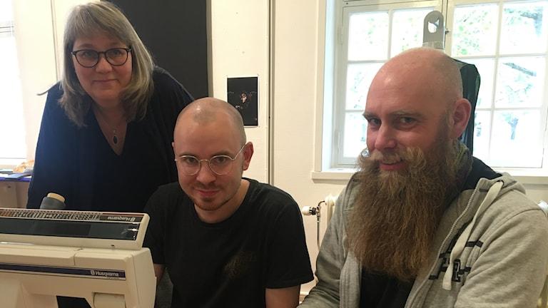 Eva Landén, Daniel Thilén och Täpp Lars Arnesson vid en symanskin. Foto: Oskar Mattisson/Sveriges Radio.